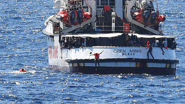 Inmigrantes saltando al mar desde el Open Arms cuando permanecía bloqueado en aguas de Itlaia este verano
