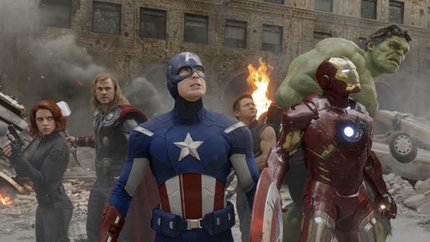 Scarlett Johansson, Chris Hemsworth, Chris Evans, Jeremy Renner, Robert Downey Jr. and Mark Ruffalo, en una escena de «Vengadores»