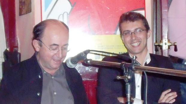 Albarrán, junto al exconcejal socialista Rafael Román, durante la presentación de un libro del primero en 2010.
