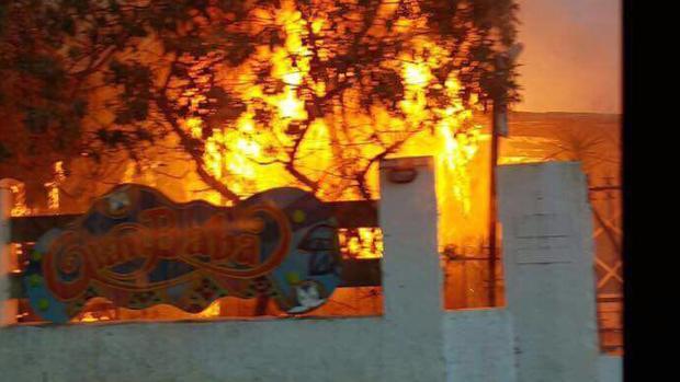 El chiringuito Gran Baba en pleno incendio a primera hora de esta mañana