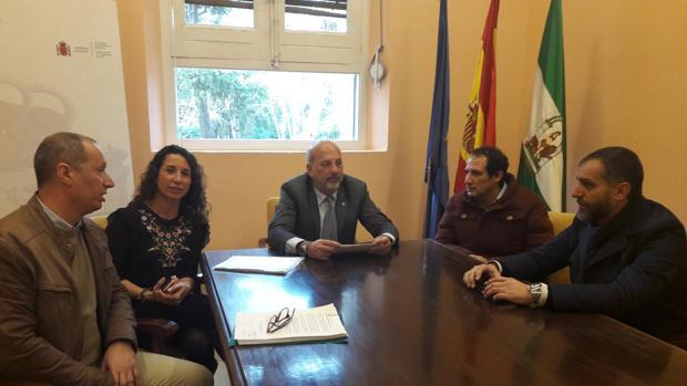 El subdelegado del Gobierno en Sevilla reunido con representantes de la Plataforma de vecinos de Soto Alto de Gelves