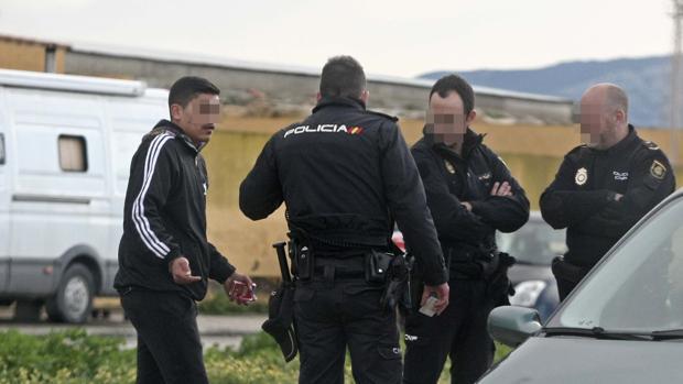 Agentes de la Policía Nacional identifican a un joven en La Línea durante un control.