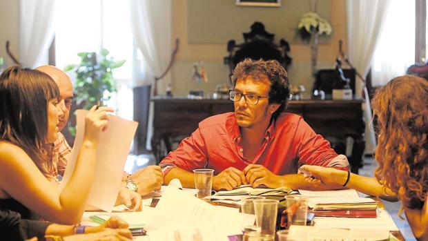 José María González Santos, junto con sus concejales, en una reunión de trabajo en el despacho de Alcaldía.