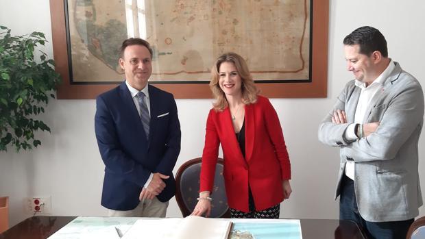 El alcalde junto a la delegada de la Junta en Cádiz.