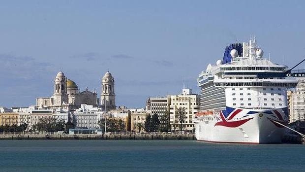 Un crucero en el puerto de Cádiz, uno de los que más ha crecido en España