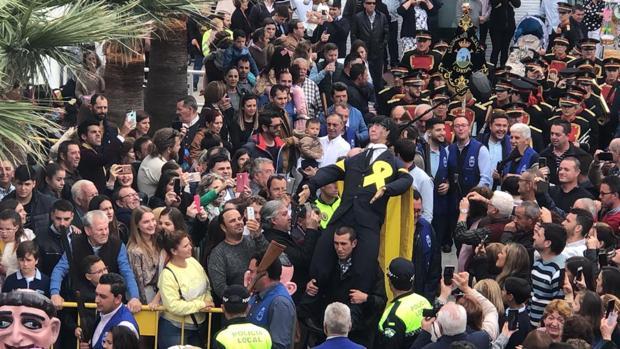 Un momento de la fiesta de Coripe donde se ha quemado un muñeco que representa a Carles Puigdemont