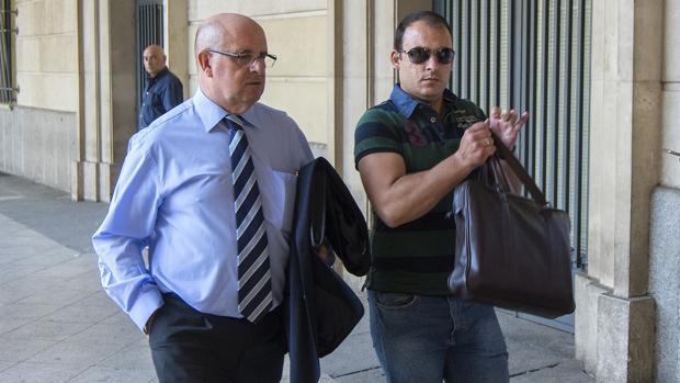 Valentín López, a la derecha, llegando al juzgado