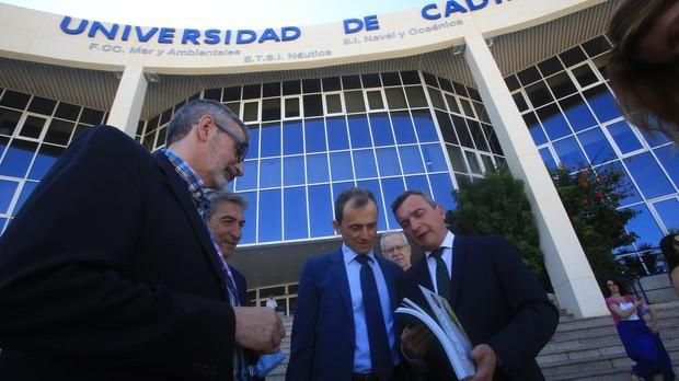González Mazo, junto a Pedro Duque en su visita a la UCA.