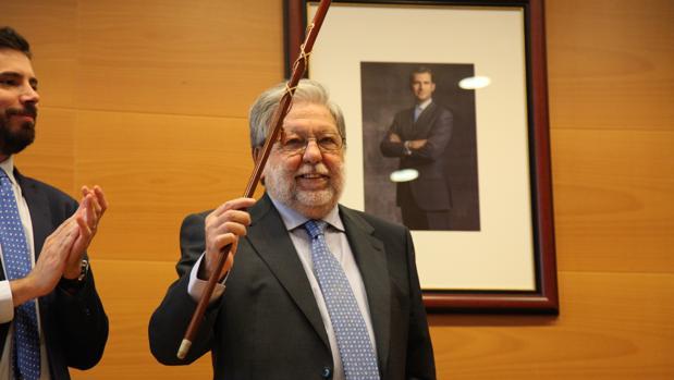 Francisco Toscano, con el bastón de mando del Ayuntamiento de Dos Hermanas