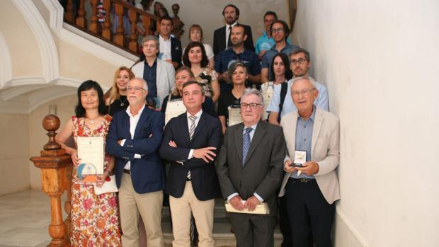 Los investigadores premiados, junto al rector en funciones Eduardo González Mazo.
