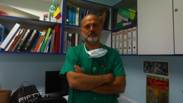 Mario Linares, jefe del Área de Dermatología en el Hospital Puerta del Mar de Cádiz.