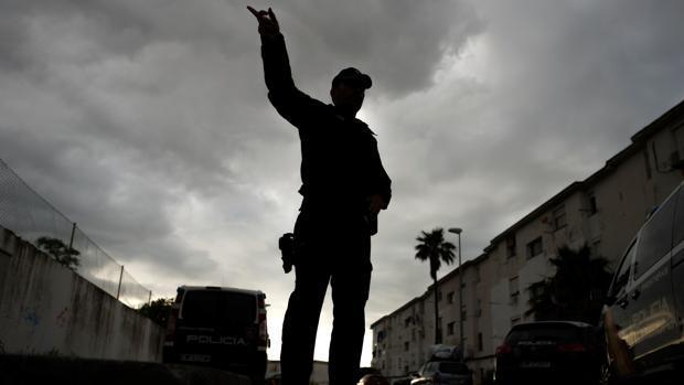 Uno de los agentes de la Guardia Civil en plena operación, en una imagen de archivo.