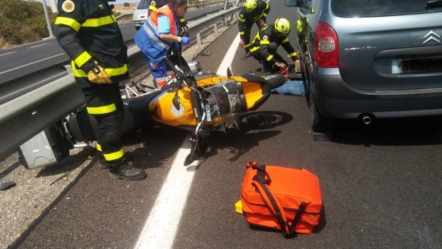 Los bomberos han tenido que intervenir tras el accidente.