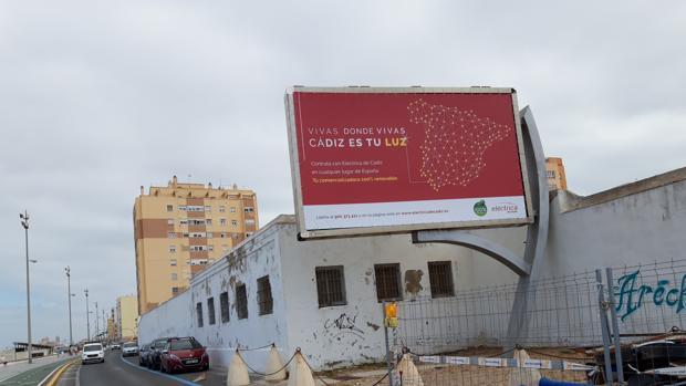 La pantalla del antiguo cementerio luce una publicidad estática de Eléctrica de Cádiz.