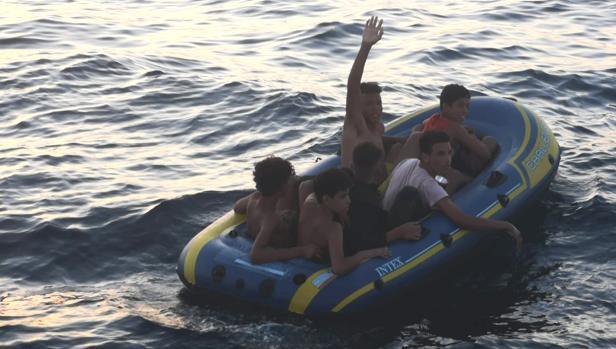 Los seis menores viajaban en una hinchable sin remos.