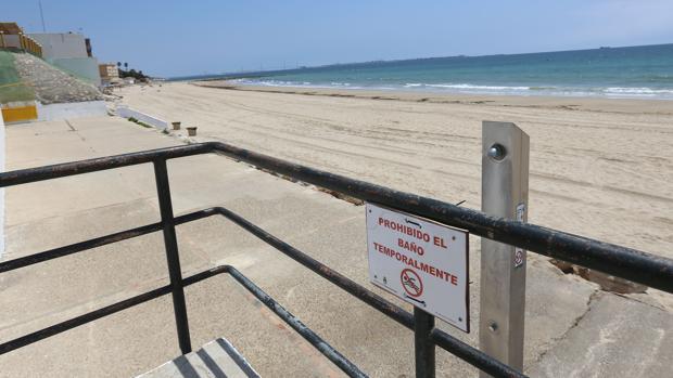 La playa de Fuentebravía, en El Puerto, está cerrada al baño.