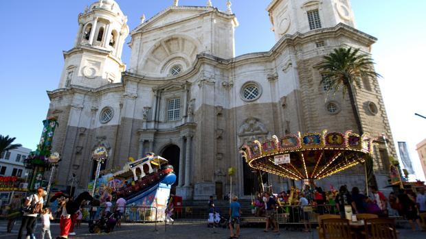 Carrusel instalado junto a la Catedral durante una feria infantil en 2011.