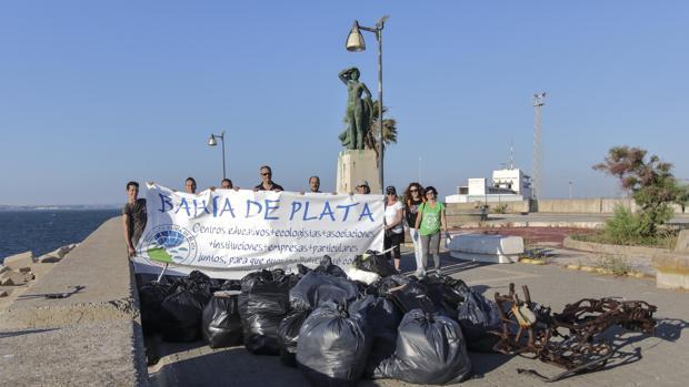 Miembros de Bahía de Plata recogieron más de 40 bolsas de basura.