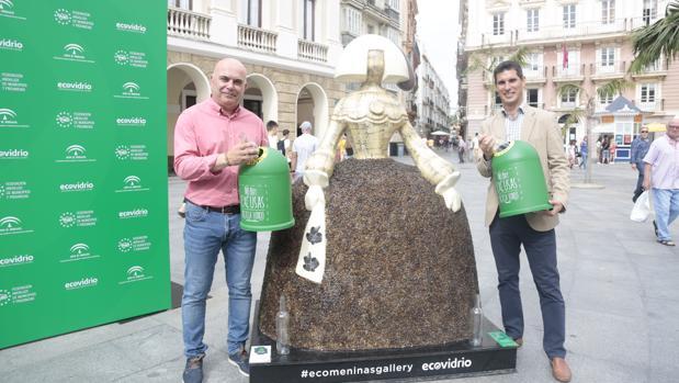 David Navarro junto a una de las esculturas