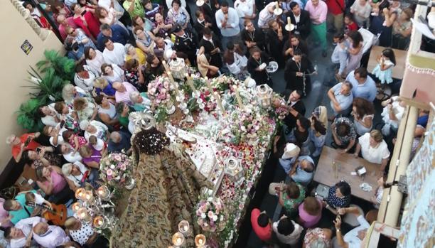 El público durante la salida de la Virgen del Carmen.