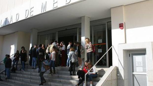 Entrada de la facultad de Medicina de Cádiz