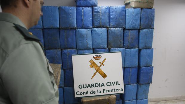 Una carga de fardos de hachís decomisadas en Conil de la Frontera en otro operativo anterior.