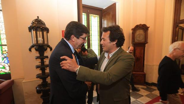 El vicepresidente de la Junta de Andalucía, Juan Marín, en su encuentro con Kichi, alcalde de Cádiz, el pasado mes de abril.