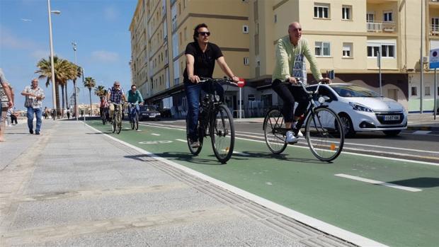 El alcalde recorre en bicicleta el carril bici gaditano.