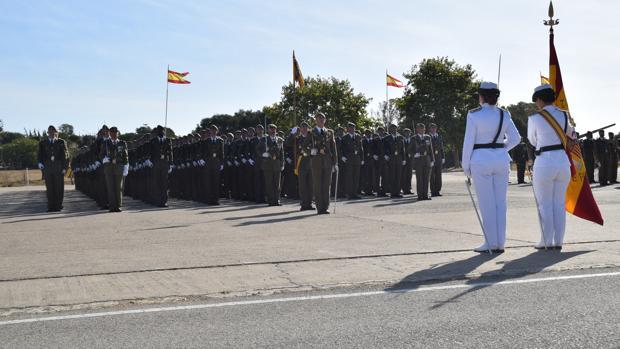 Los soldados antes de jurar la bandera.