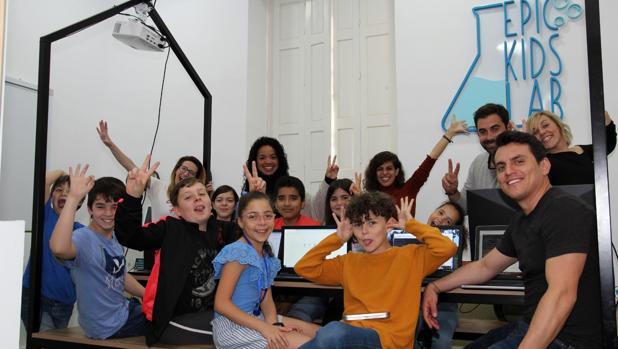 Raquel López (primera por la derecha en la fila superior) con alumnos y 'tripulación' de Epickids.