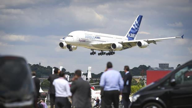 Aterrizaje de un A380. el 'superjumbo' de Airbus