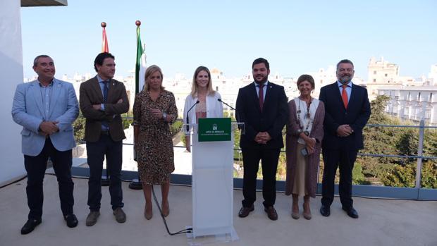La delegada del Gobierno en Cádiz, Ana Mestre, junto a los delegados territoriales y la subdelegada en el Campo de Gibraltar.