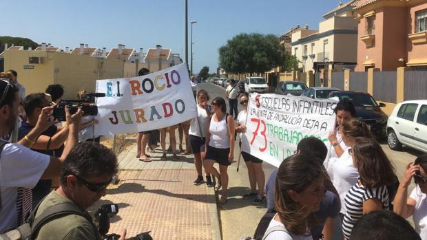 Las trabajadoras se volverán a concentrar el 14 de agosto en la plaza de Abastos de Chipiona. :: LAVOZ