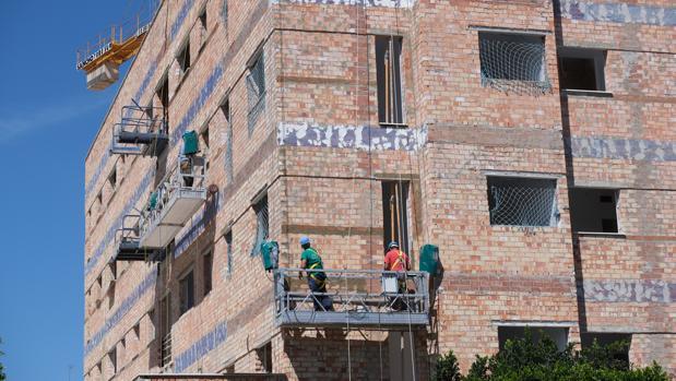 La rehabilitación de viviendas fue la principal salida de los constructores durante la crisis.