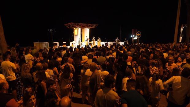 Numerosas personas se congregaron en el Paseo Marítimo.