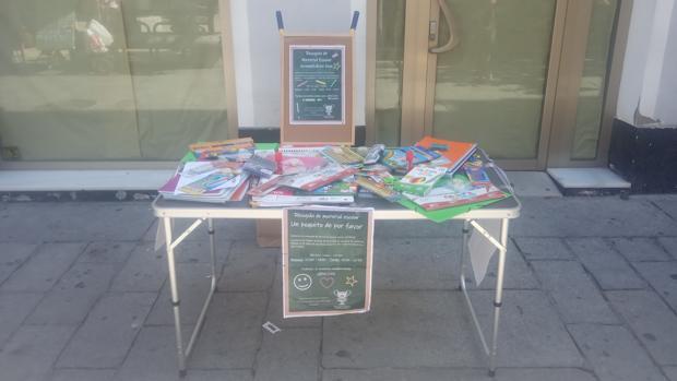 Una de las mesas instaladas por la asociación Ánfora para recolectar material escolar.