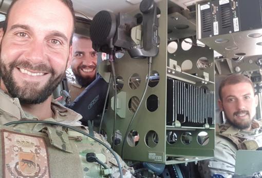 En primer plano, el sargento Movellán (izq) y el soldado Gutiérrez (der), en su vehículo.
