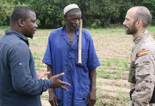 El teniente Sanromán charlando con población maliense.