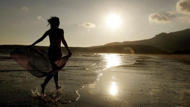 La playa de Bolonia es elegido por decenas de parejas para hacerse fotografías de postboda.