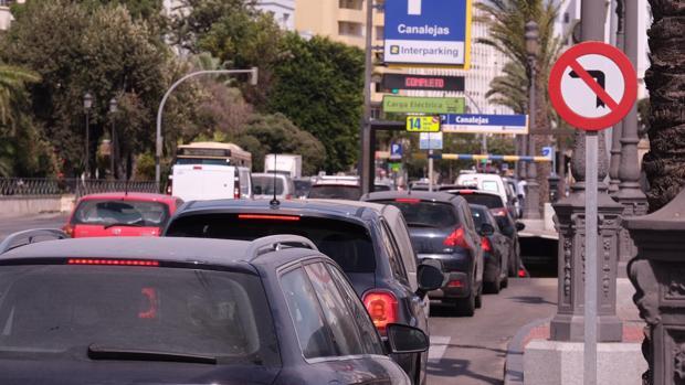 Los problemas de tráfico son continuos en la circunvalación del casco histórico.