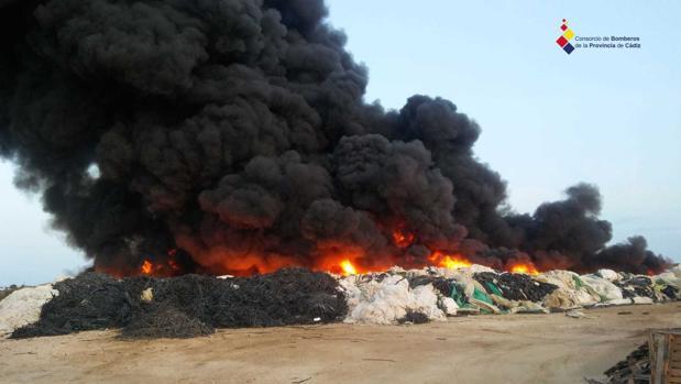 Incendio de los residuos en la planta de Sanlúcar.
