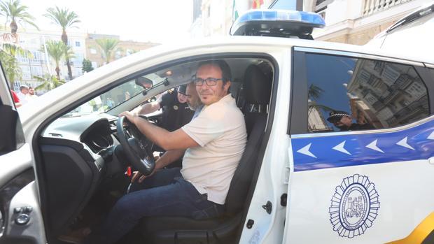 El alcalde supervisó los nuevos vehículos de la Policía durante su presentación en la plaza San Juan de Dios.