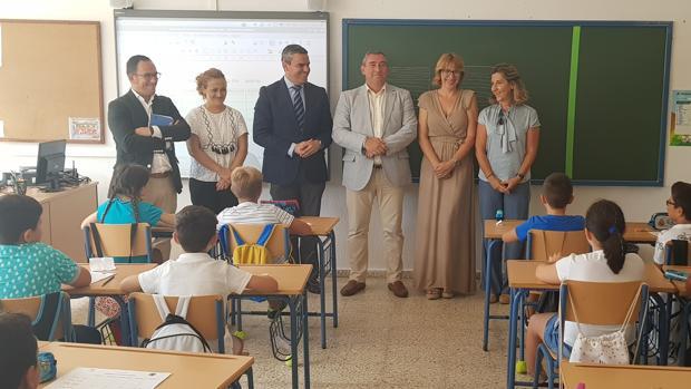El alcalde de Vejer y el delegado de Educación durante la inauguración del curso.