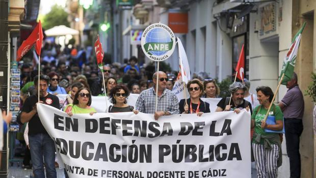 Manifestación en defensa de la escuela pública por las calles de Cádiz