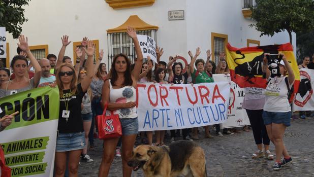Una manifestación frente a la plaza de toros de San Fernando.