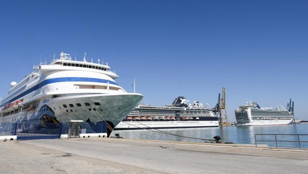 Los tres cruceros, atracados en el puerto de Cádiz esta mañana