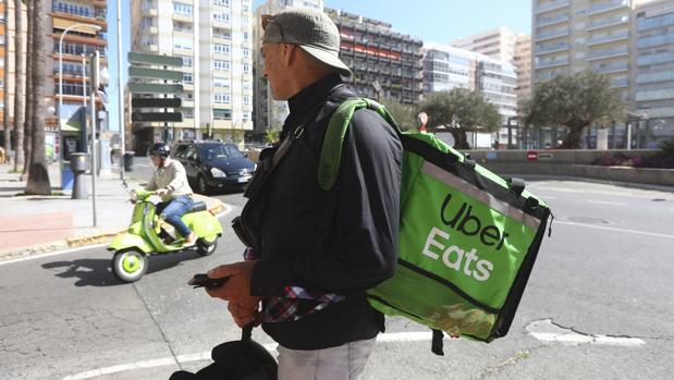 Un repartidor de la plataforma Uber Eats, en su punto de encuentro en la plaza Ingeniero de la Cierva.