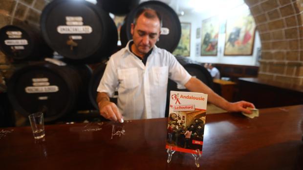 La taberna La Manzanilla conoce el fenómeno; en 2016 fue, sin saberlo, la portada de la más destacada guía turística francesa.