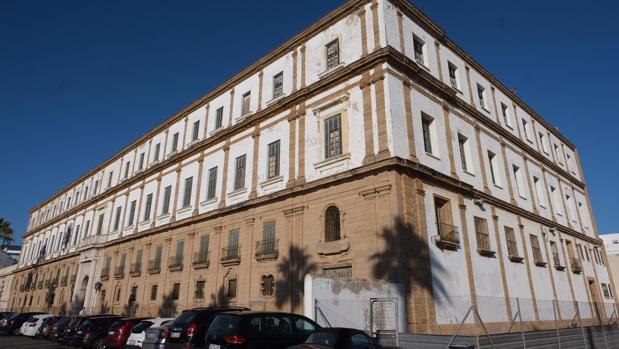 Edificio del antiguo colegio Valcárcel, junto a La Caleta.
