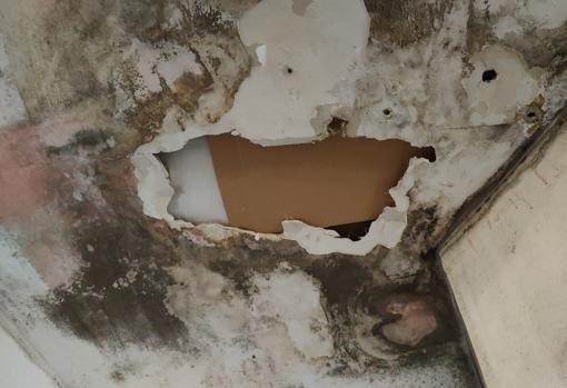 Solución que le dio el Ayuntamiento al estado del techo: colocar un cartón.